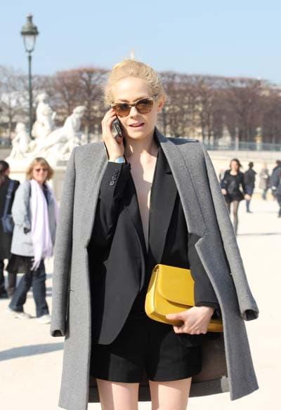 Outfit με γυναικείο κοστούμι - σορτς και γκρι παλτό