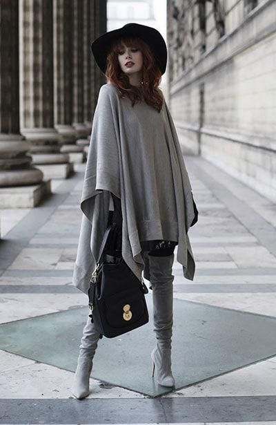 Casual chic ντύσιμο με poncho και μπότες πάνω από το γόνατο
