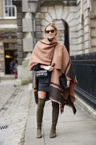 Chic ντύσιμο με cozy πόντσο, φόρεμα και μπότες πάνω από το γόνατο