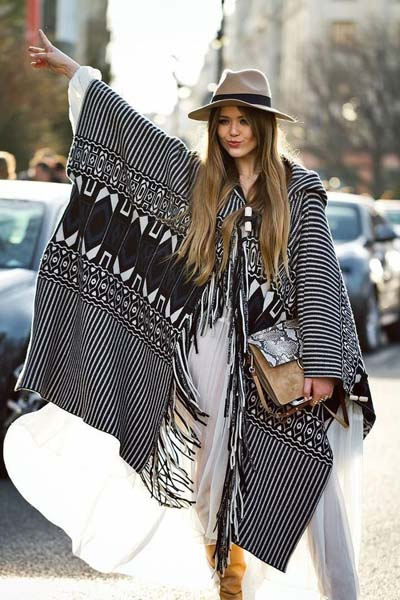 Boho style ντύσιμο με poncho και λευκό μακρύ φόρεμα