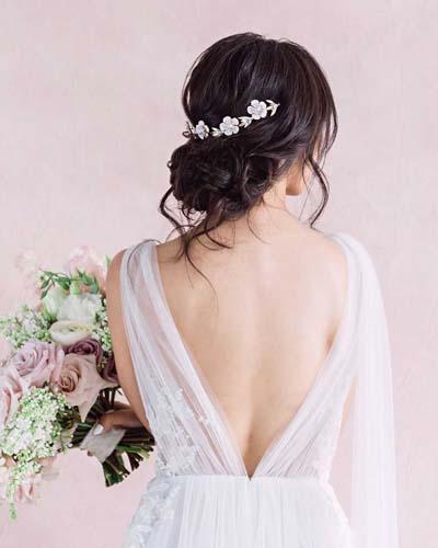 Χαμηλό ανάλαφρο αρχαιοελληνικό σινιόν για νύφη