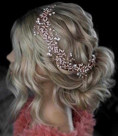 Χαμηλός νυφικός κότσος σινιόν με ανάλαφρα κυματιστά μαλλιά