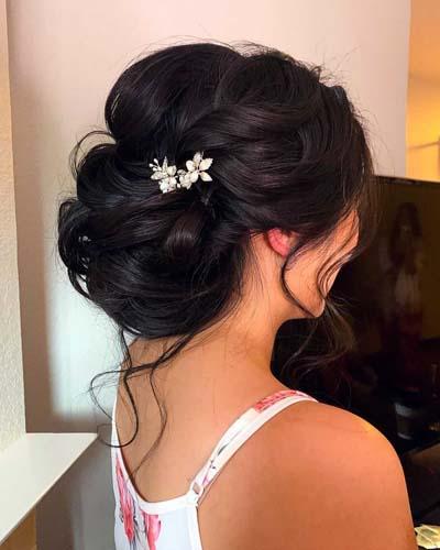 Chic chignon για νύφη με αξεσουάρ μαλλιών