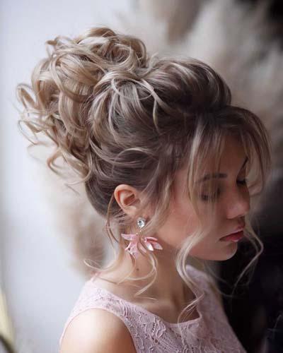 Ανάλαφρος νυφικός κότσος μπαλαρίνας με σγουρά μαλλιά ή μπούκλες