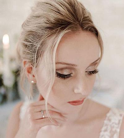 Απαλό μακιγιάζ για ξανθιά νύφη σε σαμπανιζέ και καφέ αποχρώσεις