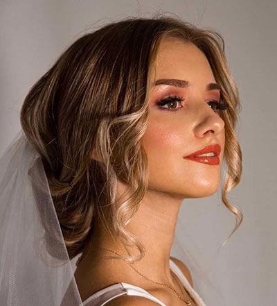 Μακιγιάζ για καστανόξανθη νύφη με πορτοκαλί κραγιόν και γήινες αποχρώσεις σκιών