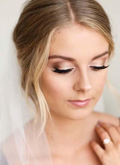 Ρομαντικό σαμπανιζέ μακιγιάζ για ξανθιά νύφη με καστανά μάτια