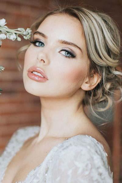 Γήινο μακιγιάζ νύφης με ξανθά μαλλιά και γαλάζια μάτια