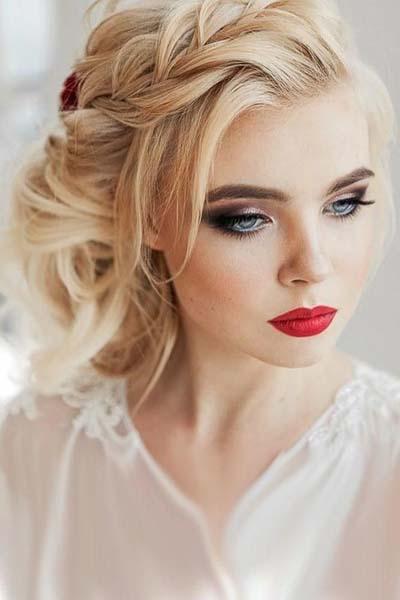 Έντονο smokey eyes και κόκκινο κραγιόν για ξανθιά νύφη με γαλανά μάτια