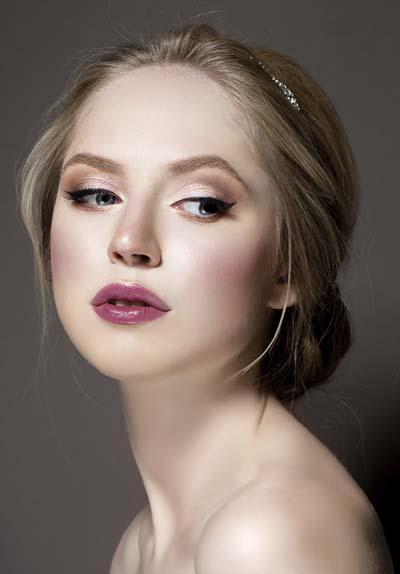 Νυφικό μακιγιάζ για ξανθιές σε ροζ αποχρώσεις