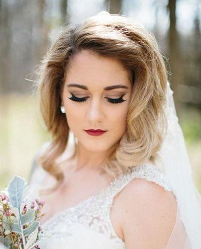 Γήινο νυφικό makeup για ξανθιά με κόκκινα χείλη