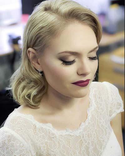 Νυφικό makeup για ξανθιά νύφη με μπορντό κραγιόν