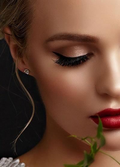 Σαγηνευτικό νυφικό μακιγιάζ για ξανθιές με κόκκινο κραγιόν και σαμπανιζέ smokey eyes