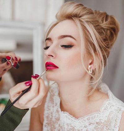 Ρετρό μακιγιάζ για ξανθιά νύφη με κόκκινο κραγιόν