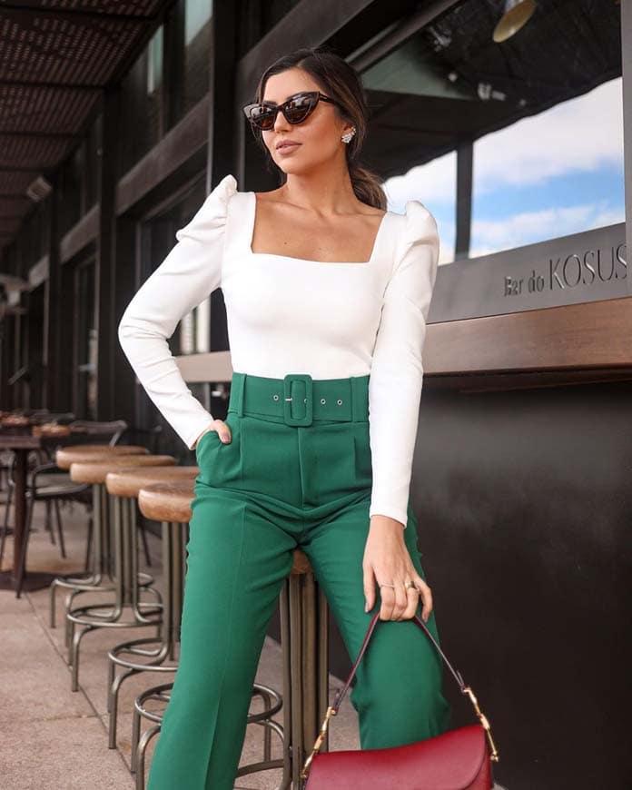 Λευκή εφαρμοστή μπλούζα με ελαφρώς φουσκωτά μανίκια στους ώμους και πράσινο ψηλόμεσο παντελόνι
