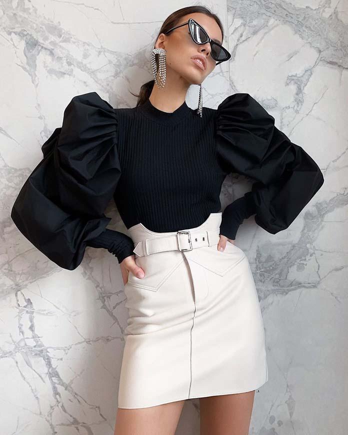 Μαύρη μπλούζα με ογκώδη μανίκια και λευκή μίνι φούστα