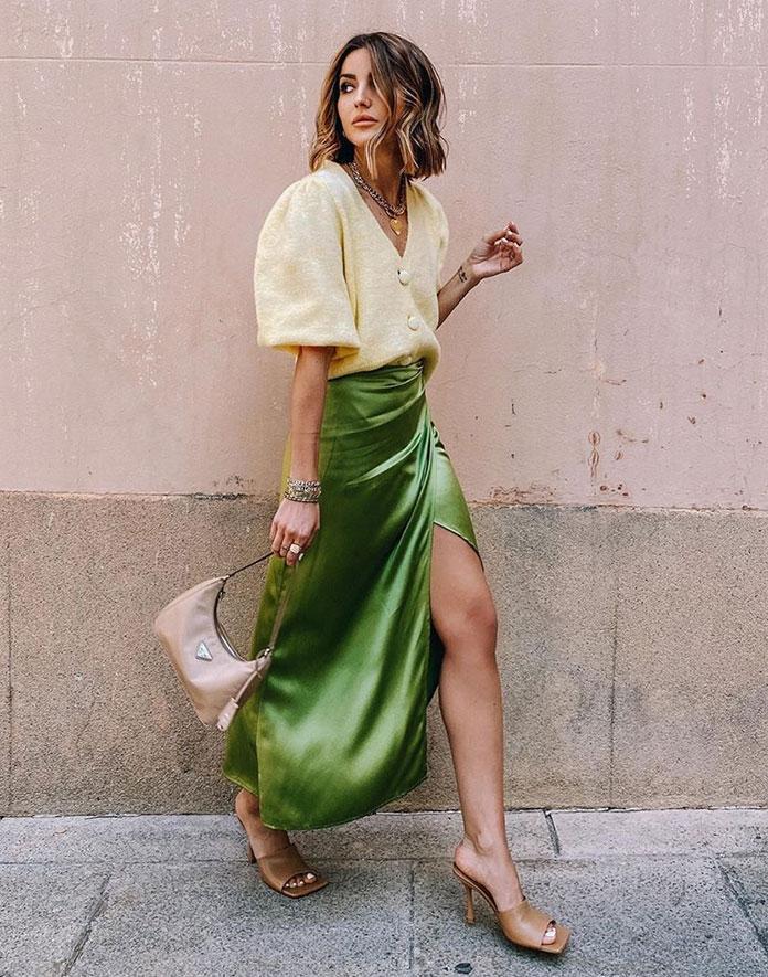 Πλεκτό κίτρινο τοπ με φουσκωτά μανίκια και σατέν μακριά πράσινη φούστα