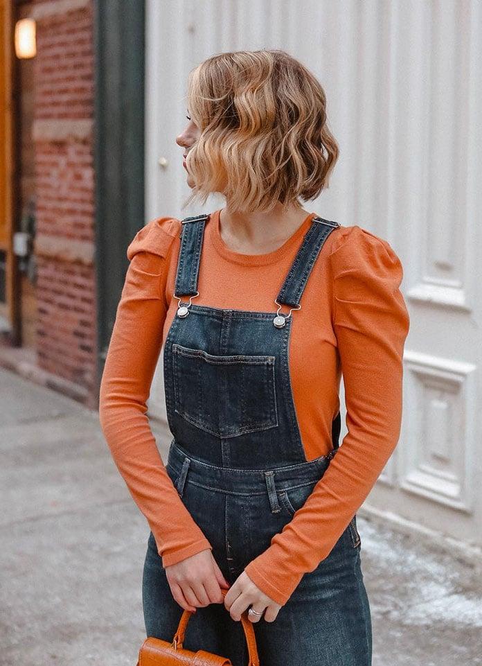 Πορτοκαλί μπλούζα με ελαφρώς φουσκωτά μανίκια στους ώμους και τζιν σαλοπέτα