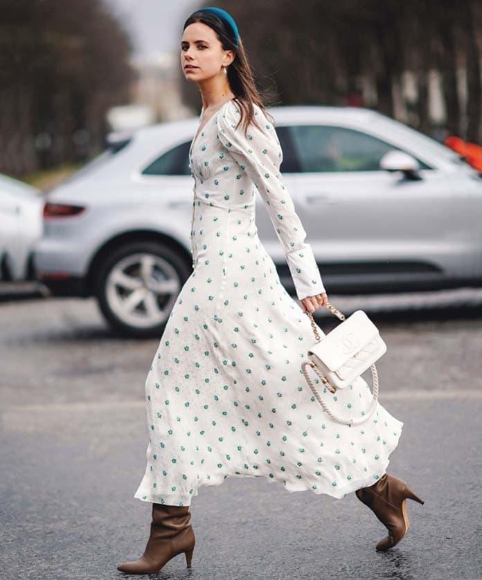 Μίντι λευκό φλοράλ φόρεμα με ελαφρώς φουσκωτά μανίκια