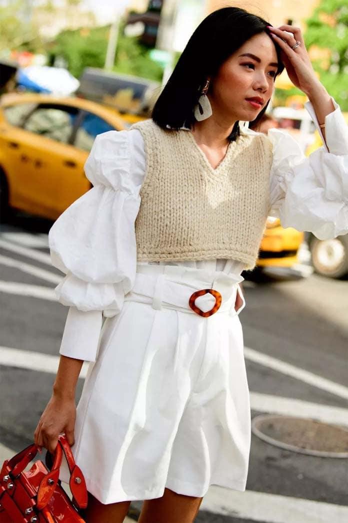 Λευκό πουκάμισο με φουσκωτά μανίκια συνδυασμένο με πλεκτό τοπ και μίνι σορτς