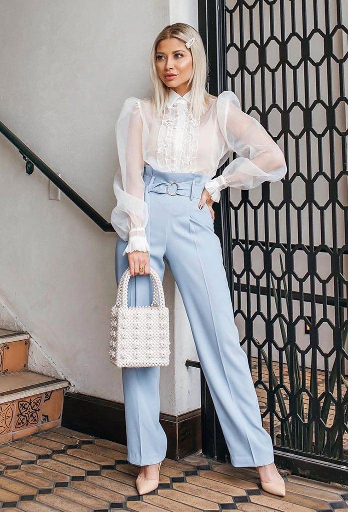 Λευκό πουκάμισο από διαφάνεια με ογκώδη μανίκια συνδυασμένο με ψηλόμεσο γαλάζιο παντελόνι