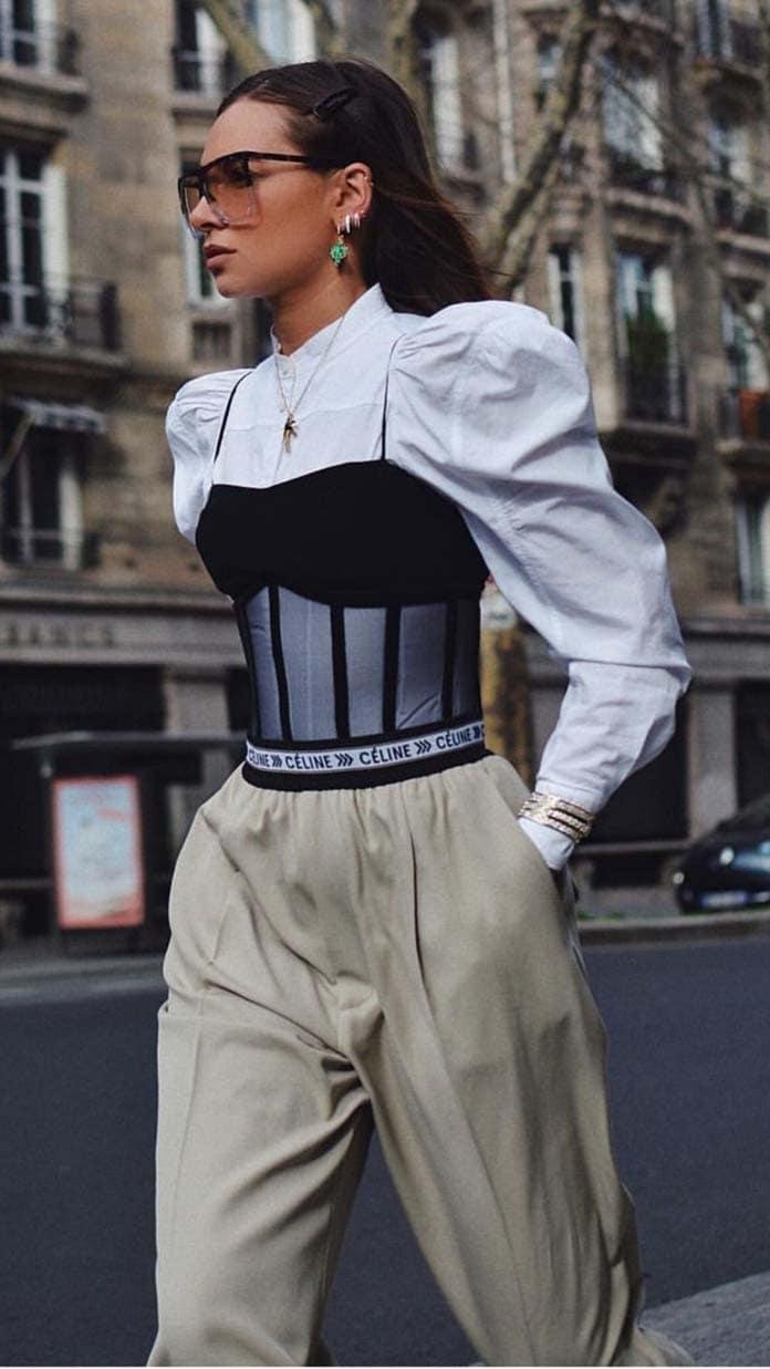 Άσπρο πουκάμισο με φουσκωτά μανίκια, κορσέ και φαρδύ παντελόνι