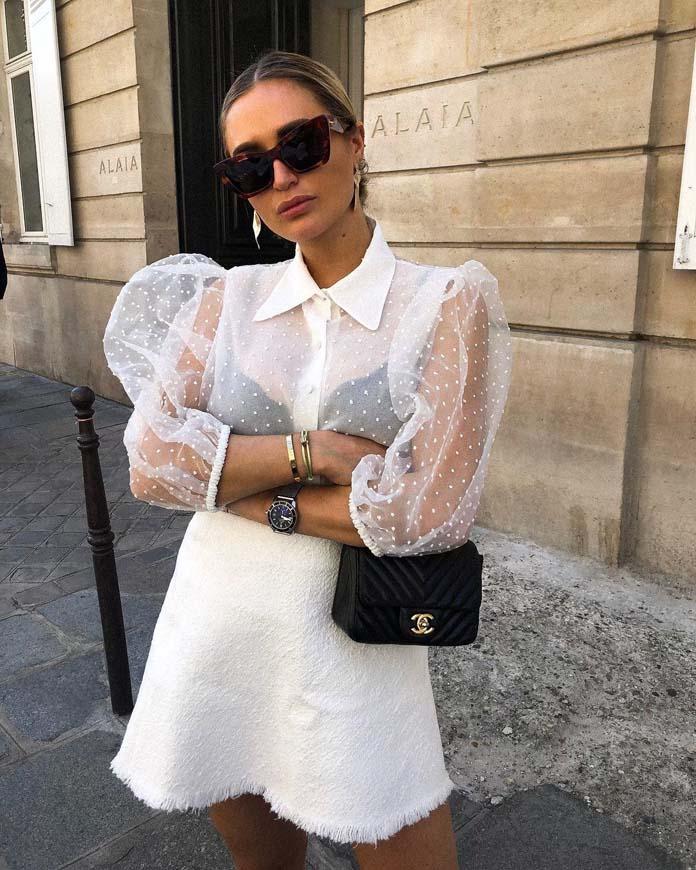 Λευκό πουά πουκάμισο από διαφάνεια με φουσκωτά μανίκια συνδυασμένο με μίνι άσπρη φούστα