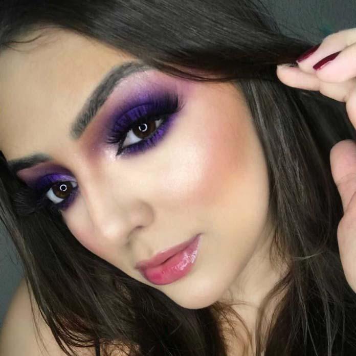 Σκούρο μωβ μακιγιάζ ματιών με ροζ χείλη