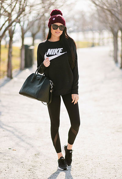 Total black sport outfit με φούτερ και κολάν που έχει διαφάνειες