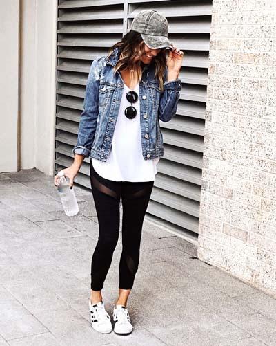 Μαύρο κολάν με διαφάνειες, λευκό t-shirt και τζιν μπουφάν