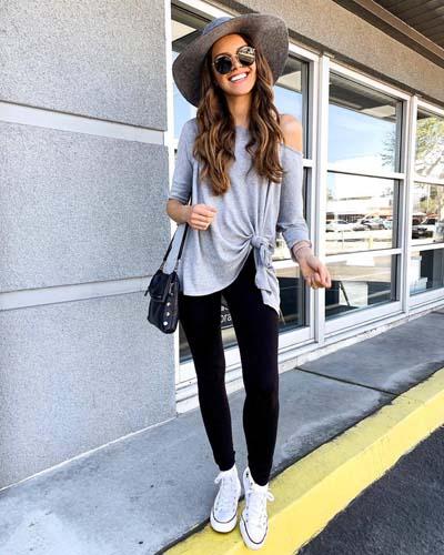 Καθημερινό ντύσιμο με μαύρο κολάν και oversized μακριά μπλούζα δεμένη στη μια πλευρά