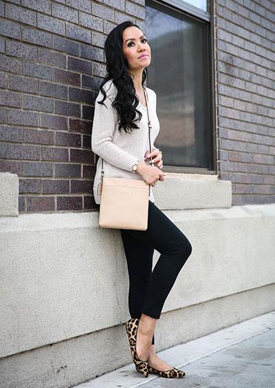 Chic συνδυασμός με μακρύ λεπτό πουλόβερ και μαύρο κολάν