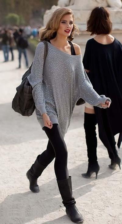 Oversized μακριά πλεκτή ασύμμετρη μπλούζα με μαύρο κολάν και μπότες