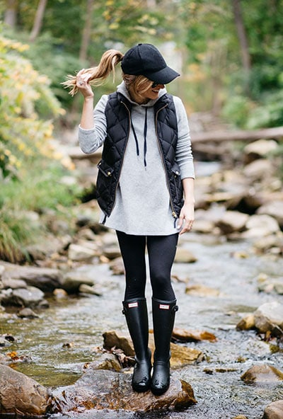 Casual style με μακρύ φούτερ, αμάνικο μπουφάν και μαύρο κολάν