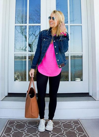 Chic style outfit με μαύρο κολάν, φούξια μακριά μπλούζα και jean jacket