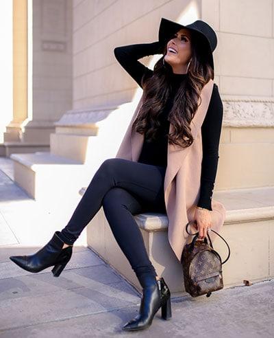 Chic style outfit με μαύρο κολάν, μπλούζα και μακρύ αμάνικο γιλέκο