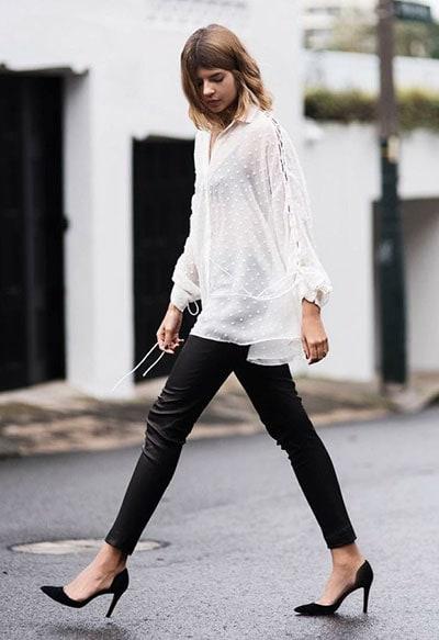 Boho chic ντύσιμο με λευκό μακρύ πουκάμισο και μαύρο κολάν