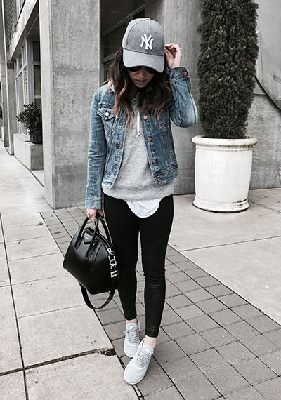 Sporty chic style outfit με μαύρο κολάν, sneakers και τζιν μπουφάν