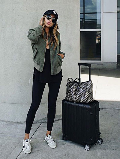 Total black outfit με κολάν, αθλητικά παπούτσια και χακί bomber jacket