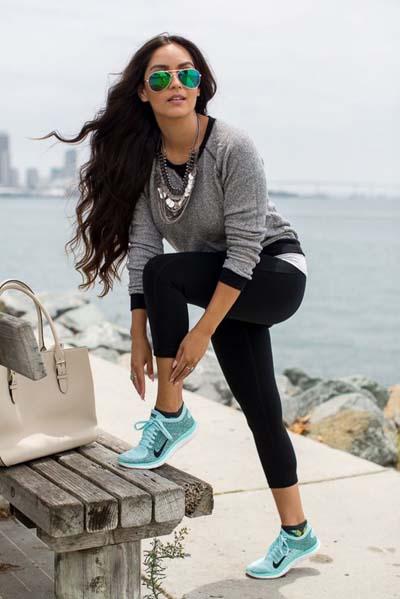 Casual chic ντύσιμο με κολάν και αθλητικά παπούτσια