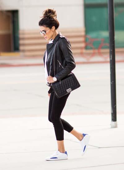 Sporty chic σύνολο με δερμάτινο jacket και μαύρο κολάν με αθλητικά παπούτσια