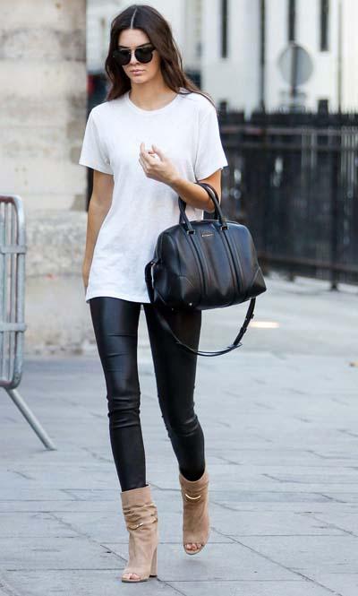 Casual style με λευκό μακρύ t-shirt και δερμάτινο μαύρο κολάν