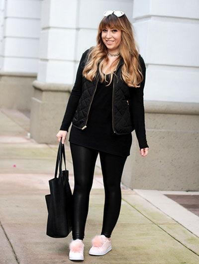 Κομψό total black ντύσιμο με δερμάτινο κολάν και αμάνικο μπουφάν