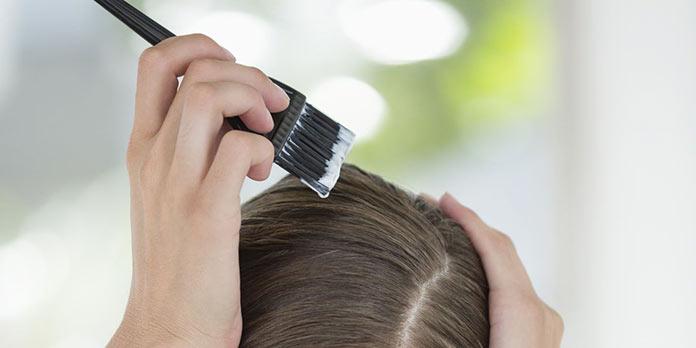 Διαδικασία βαφής μαλλιών στο σπίτι