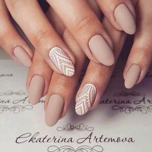 Nude boho nails με άσπρα σχέδια