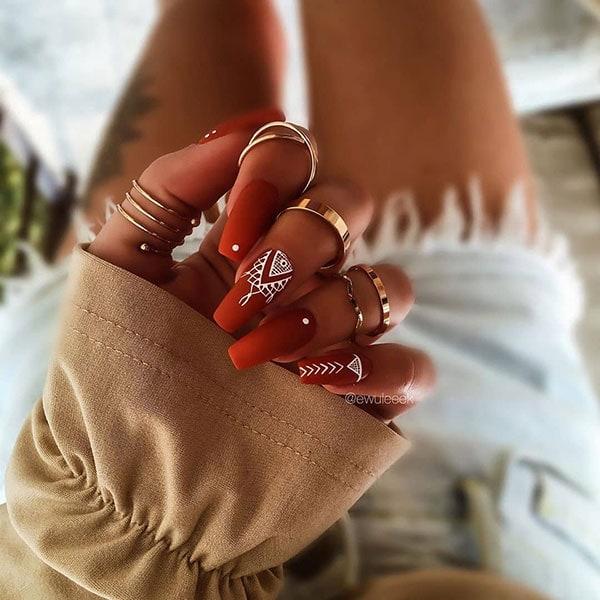 Κεραμιδί boho nail art με λευκά σχέδια