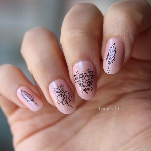 Ροζ νύχια με μαύρο boho nail art