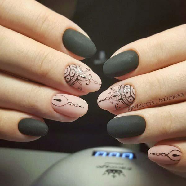 Μαύρα ματ νύχια με nude και boho σχέδια
