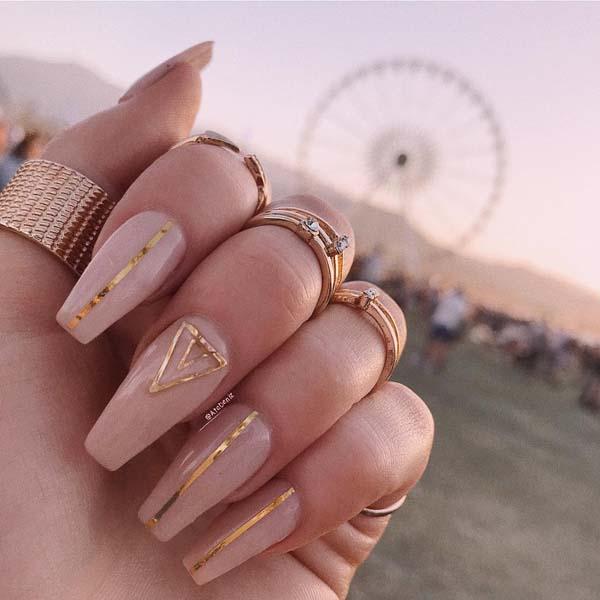 Nude boho nail art με χρυσά διακοσμητικά
