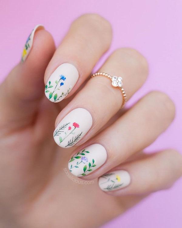 Φλοράλ νύχια με άσπρη βάση